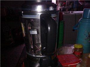 多功能豆浆机九成新原价900多,现在只要三百…………