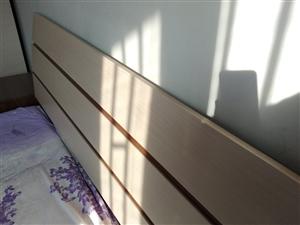 全新名牌木质双人床,(一米八,两米一长)数年前2980买的。闲置多年,带原来配套的床头橱。搬家处理。...