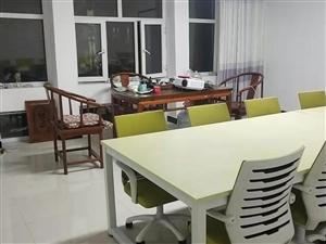 有全新双人电脑桌(带椅)一套。原价1350元。出售价880元全套。17804833303