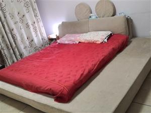 布艺床,因家中换家具,处理, 主体完好,床垫稍有变形(可用) 有需要的随便开个价拉走,没人要就直...