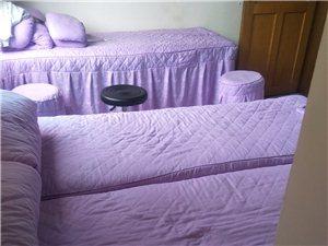 美容床三张,美容凳三个,及床上用品,床单被套共六套。
