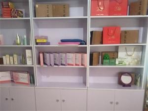 产品展示柜三个。