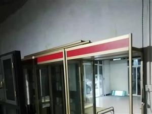 精品钛镁合金玻璃货架便宜处理,烟酒,电器,化妆品等均可使用,联系电话18091712308。
