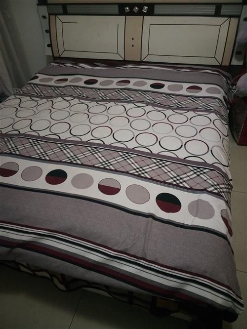 出售,1.8×2.2米双人大床,八成新带床头,有需要者联系