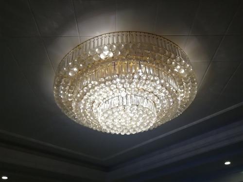 1.2米led水晶吸顶灯,三档控制,有遥控器,买成2800,现500处理,用了一年多两年,几乎没破损...