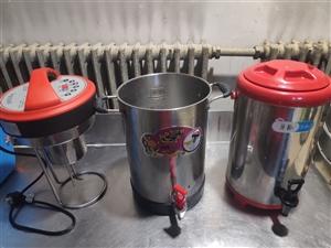 乐创全自动商用豆浆机10L,360毫升的杯子一次能打三四十杯。这个机器是自动打浆,自动煮浆的,豆子和...