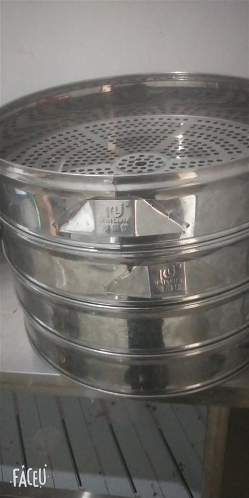 9成新的蒸包炉,压面机,蒸笼,冰柜,工作台等,有的东西基本是新的没用过的,压面机是纯铜电机,蒸包炉是...