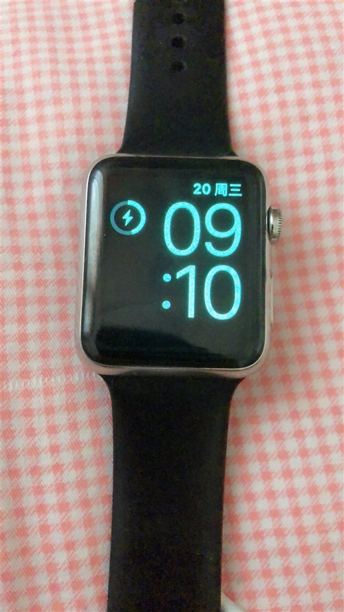 苹果手表1代不锈钢蓝宝石镜面的不是普通铝合金的,友友们可以网上科普一下!价格是不一样的,正常使用痕迹...