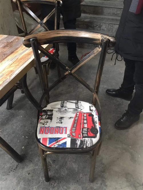 200一套,四个椅子,一张桌子,一共10套,要的联系15824966623