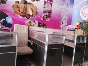 因装修店面!有闲置9成新办公桌!有想要的价格美丽!给钱就卖!18289762555