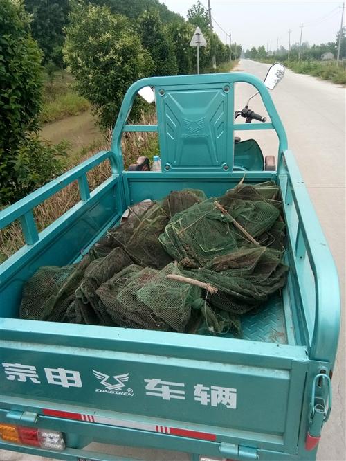 三輪車才1年時間沒怎么使用,可以廠里拖東西也可以商店拖物品,農村拖農作物,帶爬坡,剛剛加裝駕駛室車棚...