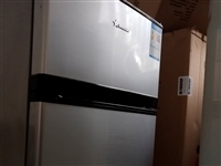 小冰箱去年购置处理价400元。 全自动洗衣机处理价200元。