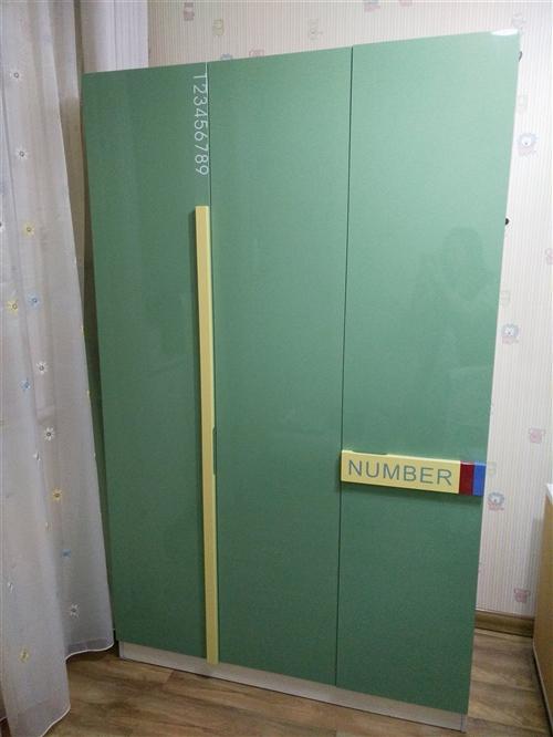 九成新衣柜,書柜出售,價格面議。