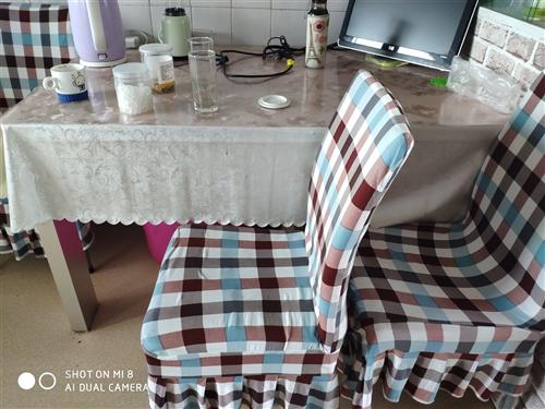 1.3m*0.8m玻璃餐桌,加四把椅子,一套,兰新街,五楼自取。