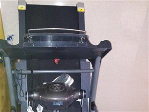 跑步机一台,有需要的联系我,可以收缩,不占面积。电话13855628262本交易自提