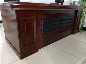老板桌�L2米,沙�l�L1.8米,文件柜�L0.9米高1.85米,�~缸�L1.1米高1.4米,九成新