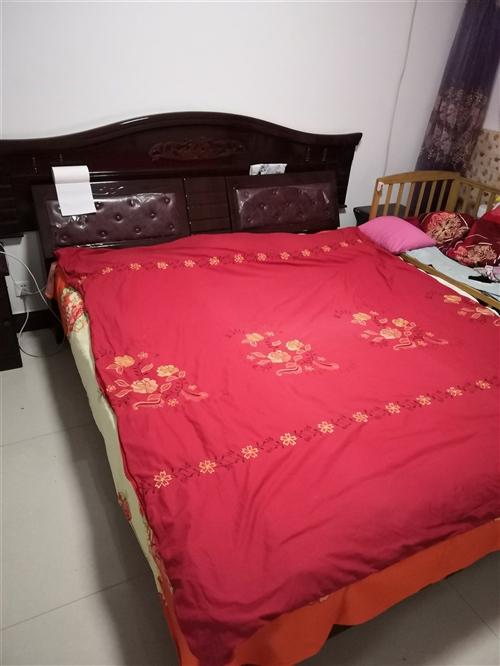 因改装踏踏米床,现1.8*2米实木大床对外出售,大床厢,附龙凤呈祥床头、棕子床垫,有意者电联,青州市...