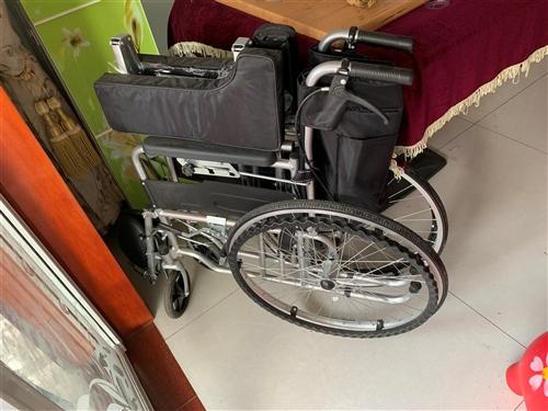 手动轮椅,娃儿出了车祸,但买来基本上没坐过,99成新。因为搬家便宜处理