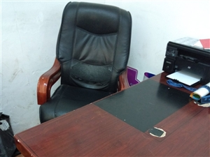处理老板桌椅一套,前台接待桌,办公橱柜。联系电话:13561283010     价格面议