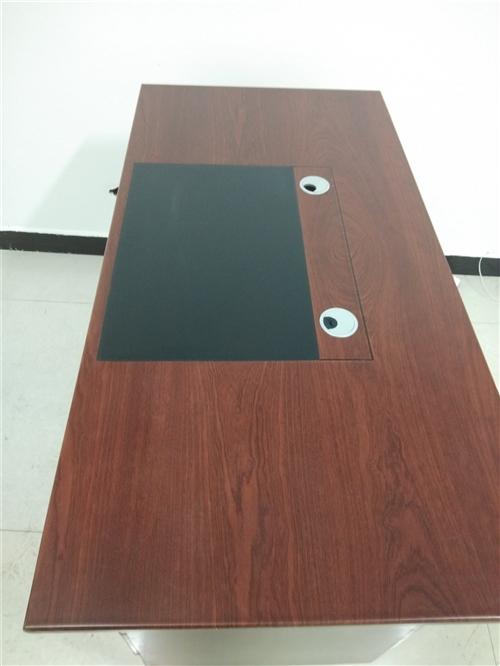 1.4米9.5成新办工桌低价出售200元,另有3米长9成新LED电子显示屏出售,600元,有需要联系