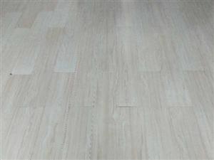 新装修,低价处理木地板150余平,七成新。办公桌椅一套,六成新。储物柜两组,七成新。吧台,六成新。也...