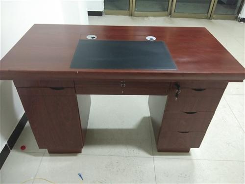 有1.4米办公桌及3米LED显示屏低价出售,办公桌200元,LED显示屏600元