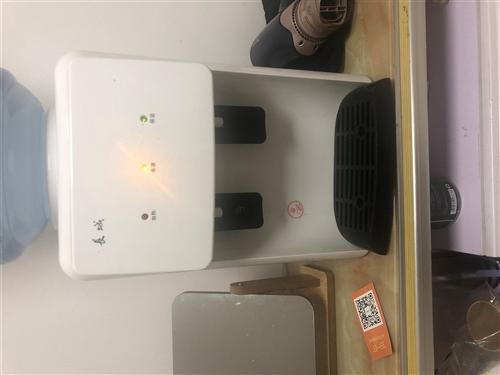 飲水機50,電風扇帶遙控器80賣,有需要的跟我聯系