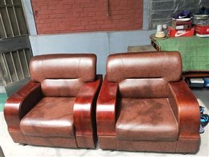 九成新单人沙发两个,用了不到一年。电话13589736516有意者联系我。
