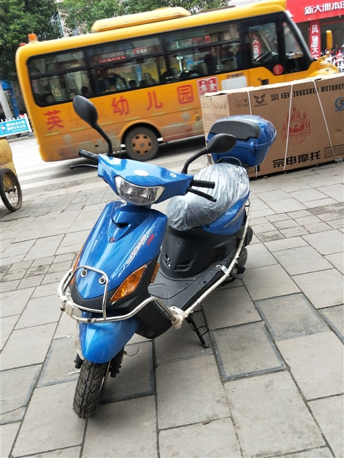 华威龙牌踏板车,由于车主买了轿车,该车?#22270;?#20986;售,车主买价3800元。现在只需2800元。行驶里程8k...