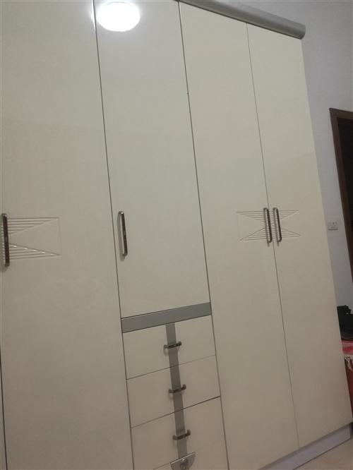 2.3米高,2米寬柜子,配套1.8米大床,兩個床頭柜,九成新。