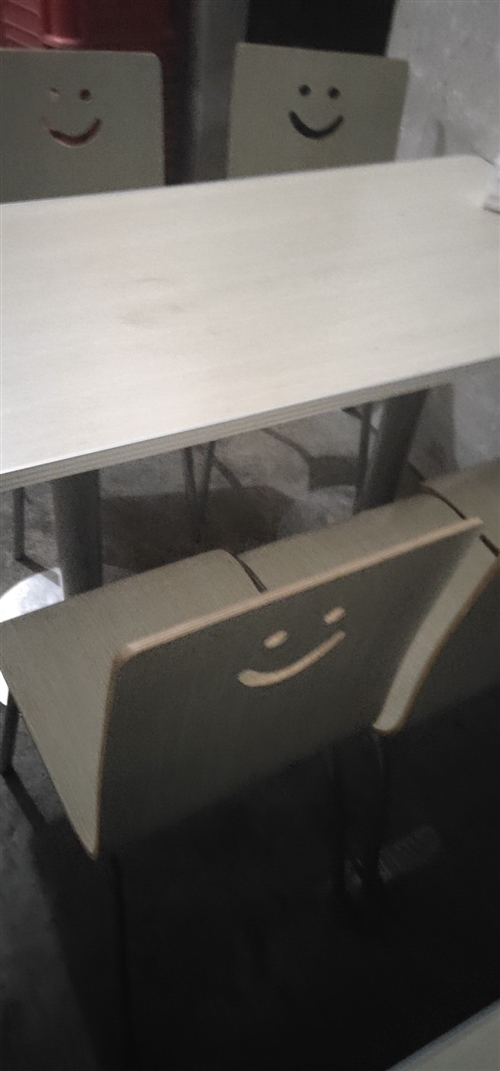 本人有5套早点店桌椅,一张桌子四个凳子,还有煤气桶2个,冰柜2个,四角伞,还有圆的桌凳,整套早点设备...