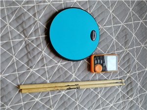 去年小孩学架子鼓买的练习套装,鼓棒,鼓垫和节拍器(节拍器后面放电池盖板丢失,但不影响使用),由于小孩...