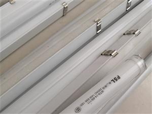 本人有一批LEDT5管现?#22270;?#23545;外销售约100根,型号1M至1.2M九成新,可做广告灯箱、吊顶等使用。...