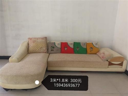 床头1.5米乘2.0米,100元。组合沙发300元。