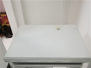 搬家,甩卖,电脑桌,八成新,60cm*50cm,价格面议。联系人:王先生,电话13627545605