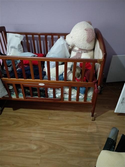 实木婴儿床,买回来孩子只用了摇篮,床没用过,孩子大了,1200买的,低价甩了。
