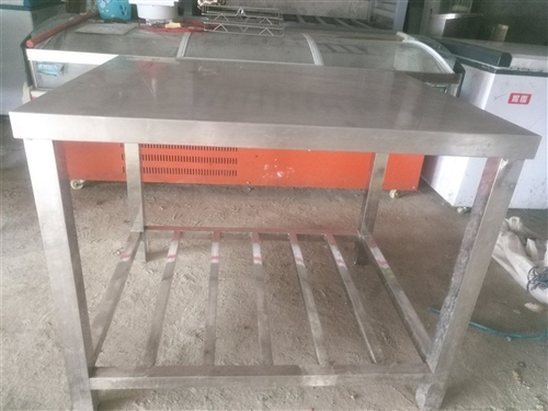 纯不锈钢厨房操作台七个,大小不一有需要的朋友欢迎致电价格可面议