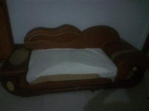 真皮沙发,宽厚舒适的海绵坐垫,五成新。价格面谈,绝对合适!