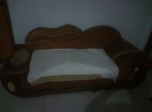 真皮沙發,寬厚舒適的海綿坐墊,五成新。價格面談,絕對合適!