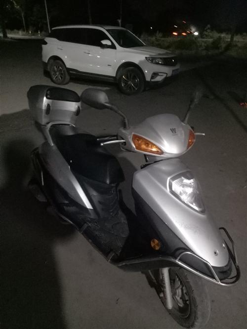 豪爵铃木国3摩托车2015年买的8层新的。有发票。