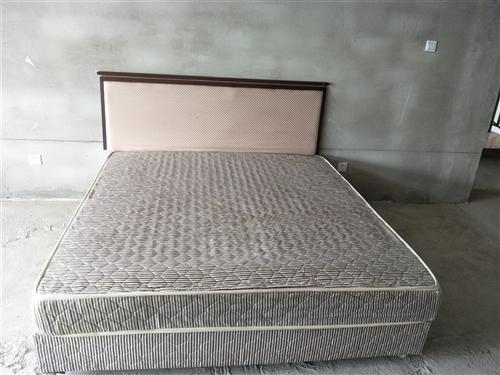 本人有1.8×2米的双人床一个,带15厘米厚的床垫,八成新,舒服舒适,有意者请致电153521818...