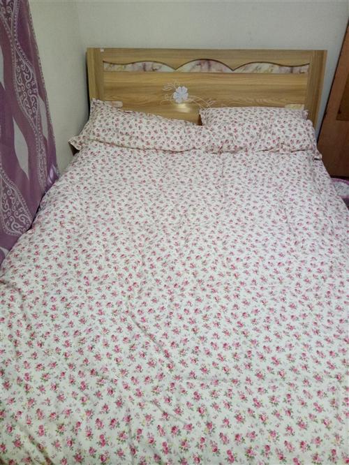 九成新1.5米席梦思床出手,两套床上用品和木桌可免费赠送!