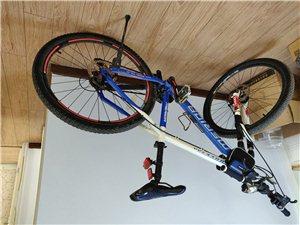 捷安特自行车,买成2000多,现在儿子上大学没人骑了。8成新。1200 元出售。头盔、包等赠送。