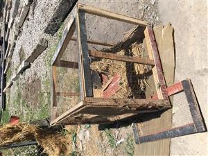 狗笼一个,1.2x1.5×1.5几乎全新。赠送鸡笼一个。