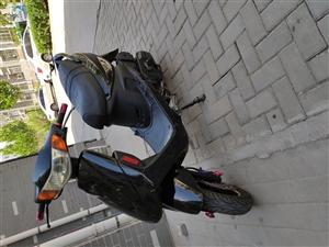 踏板摩托�,�I了三年,公里�岛苌伲��F�r1100元  �系��15863598966