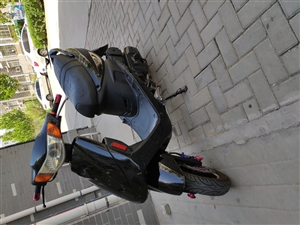 踏板摩托车,买了三年,公里数很少,现价1100元  联系电话15863598966