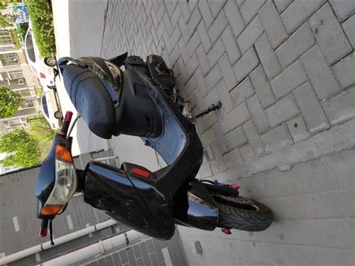 踏板摩托車,買了三年,公里數很少,現價1100元  聯系電話15863598966
