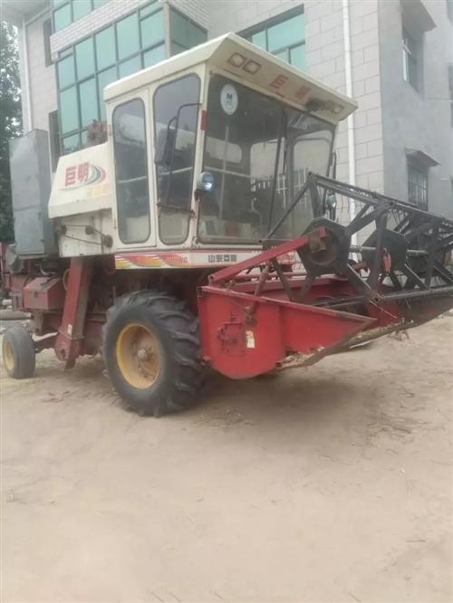 山东巨明小麦收割机,机器90马力,正常使用,今年麦子已收完,废铁价处理