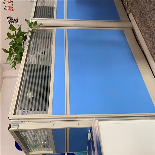 由于公司搬迁,所有办公桌都换新的,屏风办公桌8成新,价格便宜,有需要可联系我17688985032,...