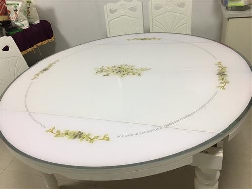 长方形桌子,可变动为圆形桌子,桌椅都有八成新,附赠一个玻璃圆盘!